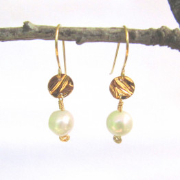 Pearl and 14K Gold Filled Circle Hanging Earring. White Pearl and Gold Earrings. Bridal Earrings. Valentine's Day Gift for Her
